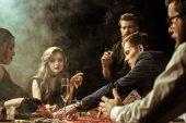 mladí lidé hrát poker