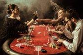 Fotografie mladí lidé hrát poker