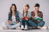 mladí studenti studovat dohromady