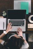 Fényképek nő studying laptop
