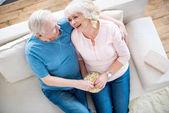 Seniorenpaar isst Popcorn