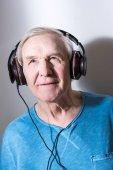 starší muž v sluchátka