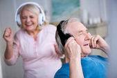Idősebb pár fejhallgató