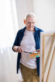 Fotografie senior man drawing picture
