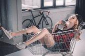 Fotografie mladá žena s nákupní košík