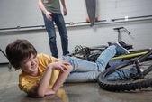 Fotografie Otec a syn pádu z kola