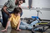 Otec a syn pádu z kola