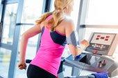 Sportliche Frau auf dem Laufband
