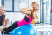 Fotografie Sportlicher Mann und Frau im Fitness-Studio