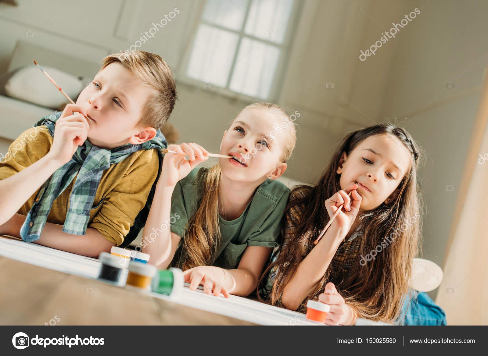2fcdf1968c5 χαριτωμένα παιδιά ζωγραφική — Φωτογραφία Αρχείου ...