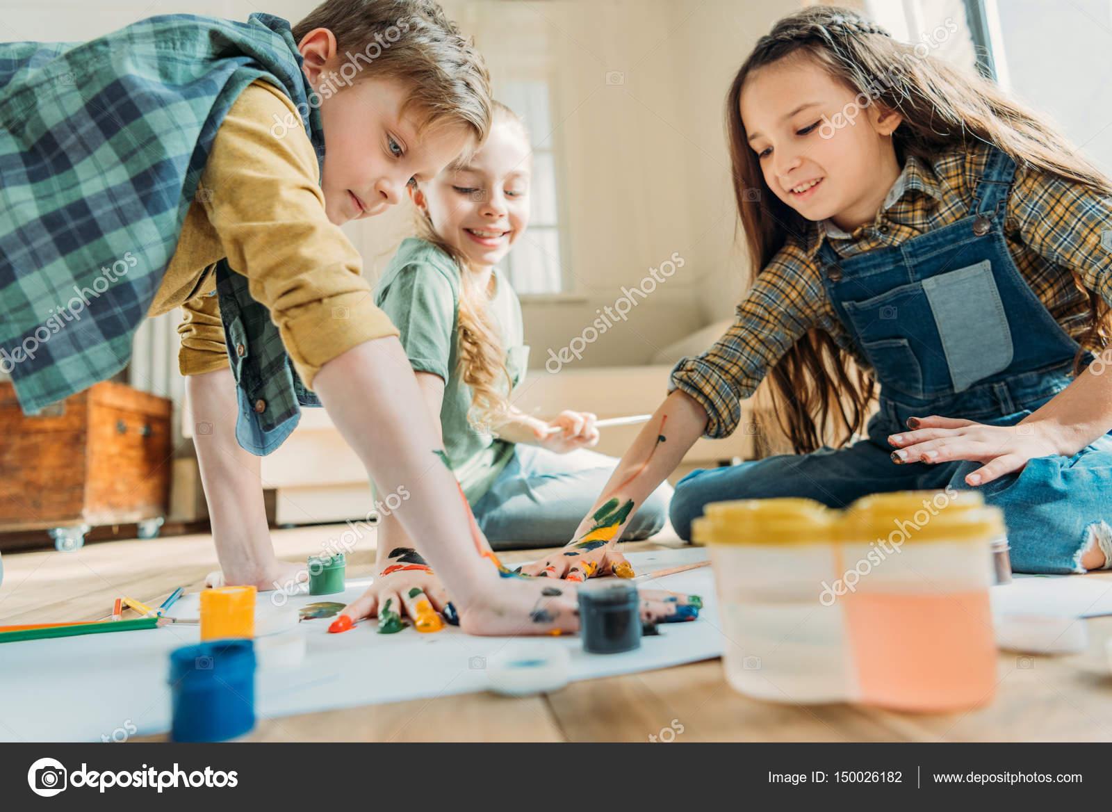 Niños pintando con las manos — Fotos de Stock © ArturVerkhovetskiy ...