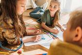 Fotografie niedlichen Kinder zeichnen