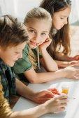 Fotografie niedlichen Kinder malen