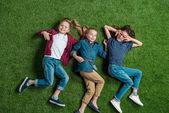Fotografia bambini sdraiato sullerba