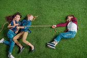 bambini che giocano alla fune