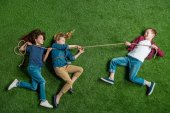 Fotografie děti si hrají přetahovanou