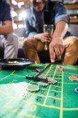 Fotografia uomini che giocano il gioco della roulette