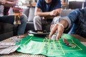 muži hrají ruletu