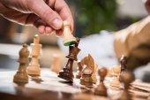 Fotografie muž hraje šachy