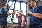 Muži pijící pivo