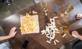 Fényképek Jenga-blokkok, a sör és a chipek