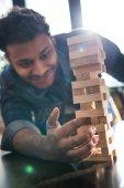 Fotografie man playing jenga game