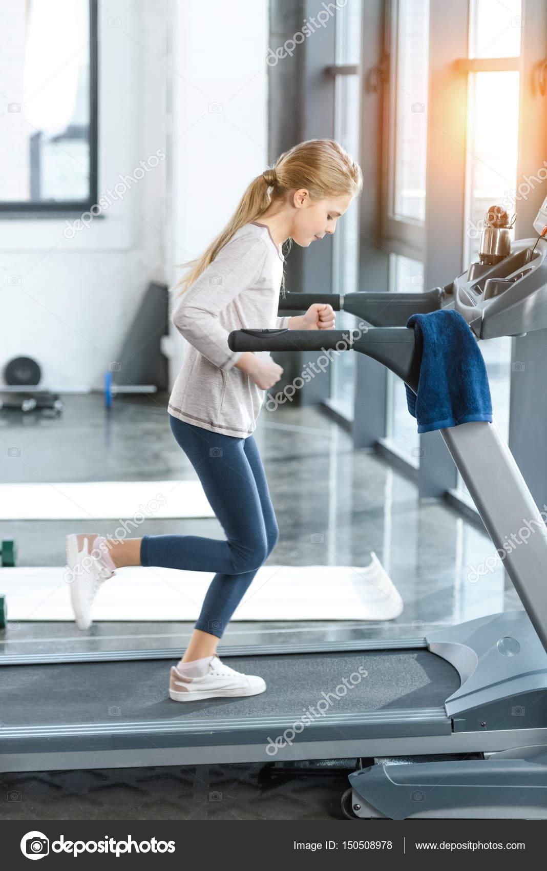 Séance d entraînement de tapis roulant. Club, fitness.