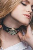 dívka montáž vintage hodinky na krk