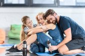 Boldog családi pihenés után edzésprogram a gym