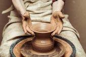 Közelkép a női kéz dolgozik a fazekasok kerék