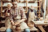 Nonna e nonno con la nipote di produzione della ceramica al workshop