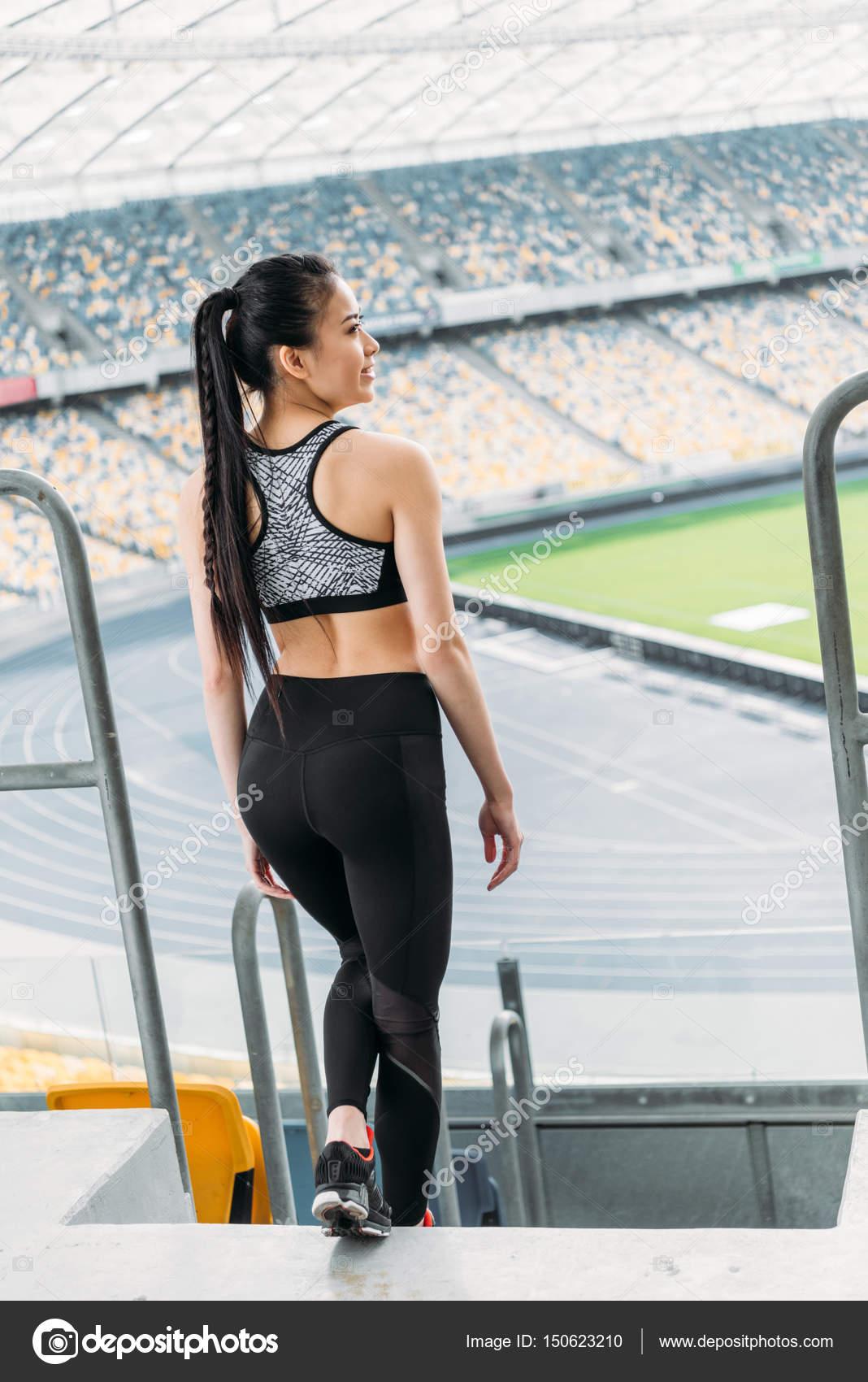 e09a56b578f7 Deportista asiática en ropa deportiva — Foto de stock ...