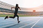 Fotografie Sportovkyně běžící na stadionu