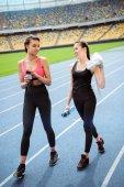 Fotografie Sportlerinnen ruht auf Stadion