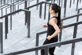Fotografie Sportovkyně školení na schodech stadionu