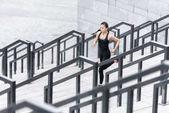 Sportovkyně školení na schodech stadionu