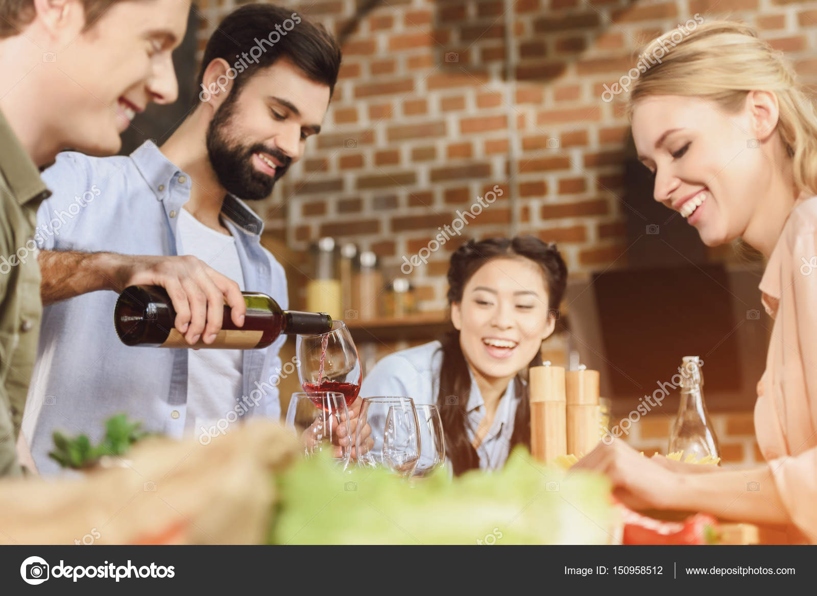 junge leute die party in der k che stockfoto arturverkhovetskiy 150958512