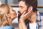 Fiatal szerető pár ölelés és csók