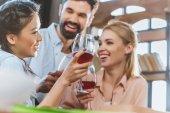 mladí lidé pít víno