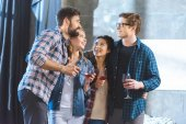 Fotografie junge Freunde trinken Wein