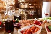 Fotografie Pizza, víno a zelenina připravená pro stranu