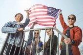 Teenageři, mával americkou vlajkou