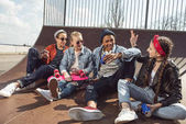 dospívající pózování v skateboard park
