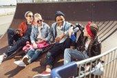 tizenévesek pózol gördeszka park