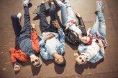 Skupina teenagerů baví