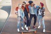 dospívající děti tráví čas na skateboard park