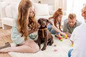 rodina hrát s štěně