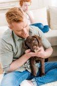 muž držící štěně