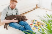 Photo man holding puppy