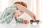 Fotografie malý chlapec hrát s hračkami